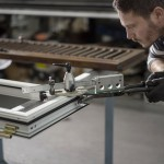 Operaio al lavoro su infissi in alluminio